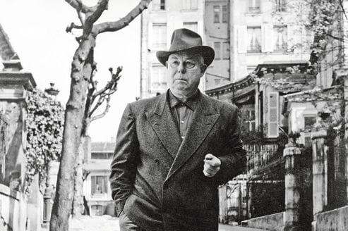 Le realisateur francais Jean Renoir (1894-1979) ici en 1955 avenue Frochot a Paris --- French director Jean Renoir (1894-1979) in 1955 in Paris